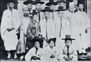 1885년 아펜젤라(Henry Appenzeller, 1858-1902)가 설립한 배제학당과 초기 학생들