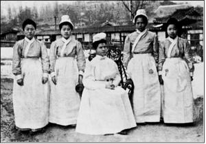 한국 최초의 간호원: 이 그래이스(왼쪽 첫째) 김 미르다(왼쪽 둘째), 1908년