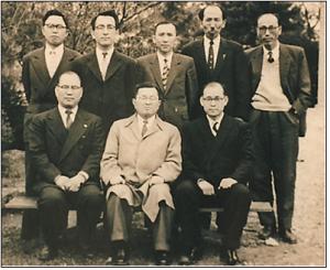 1955년 남산에 있던 장로회 신학교의 죽산 박형룡과 동료 교수들(앞줄 가운데)
