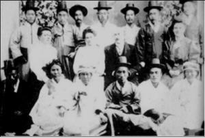 1900년대 초 원산의 기도회에서 시작 된 회개는 함흥, 개성, 평양 등 전국적으로 확산 되었다. 이 시기 1905년 함흥 신창리교회 지도자들의 모습이다.