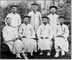 1907년 6월 20일 평양신학교 제1회 졸업생 7명 (뒷줄 왼쪽부터) 방기창(邦基昌), 서경조(徐景昨), 양전백(梁甸伯), (앞줄 왼쪽부터) 한석진(韓錫普), 이기풍(李基豊), 길선주(吉善宙), 송린서(宋麟瑞)